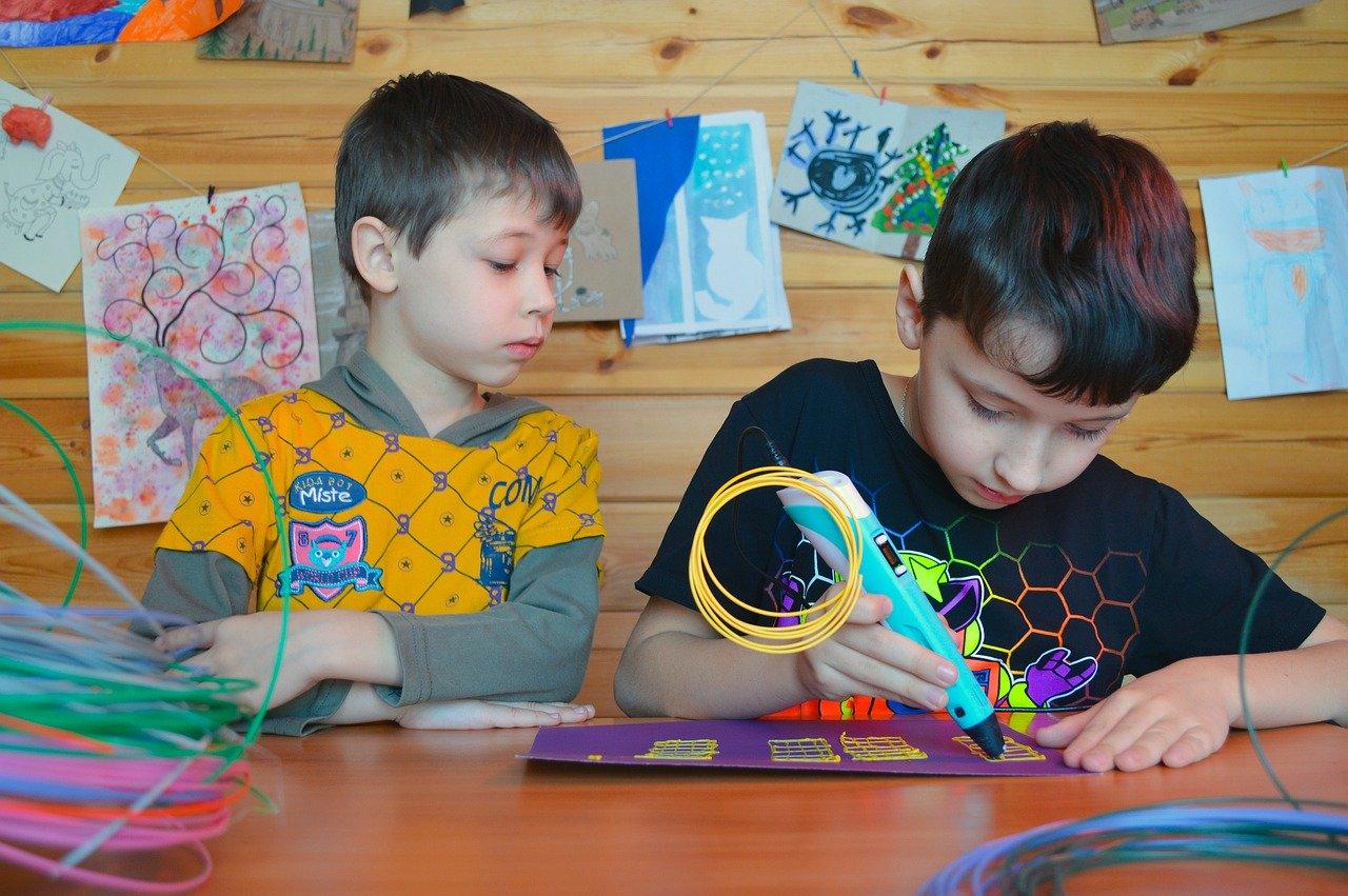 dzieci przy stole piszą